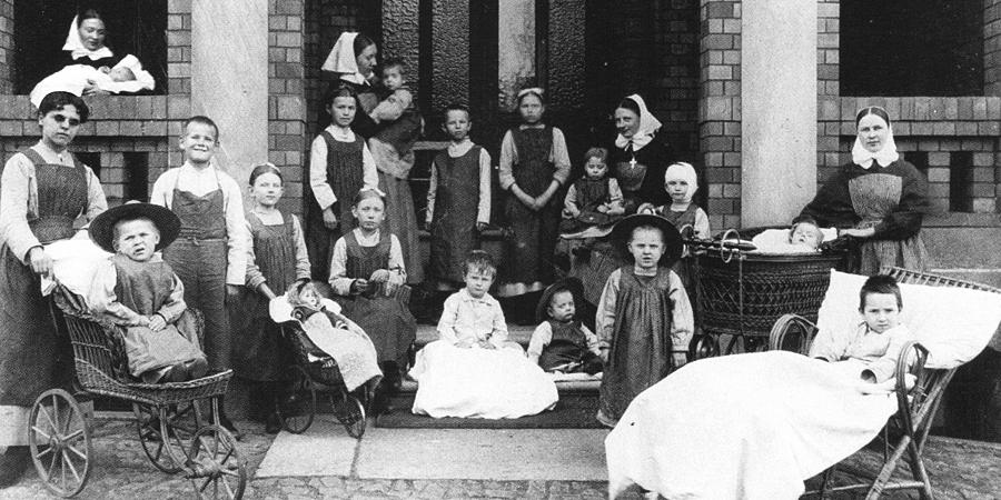 1903-eingangsportal-mit-patienten-01_811.jpg