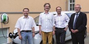 Jens Ehrhardt (enviaM), Reinhard Strecker (Horizonte gGmbH), Jan Westphal (Evangelische Lukas-Stiftung Altenburg) und Ralf Bremauer (SWB GmbH) vor dem Renault Zoe (v.l.n.r.)