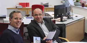 Oberarzt Dr. Stephan Krüger und Chefarzt Dr. Christian Schäfer präsentieren den Flyer der neuen Tagesklinik III (v.l.n.r.)