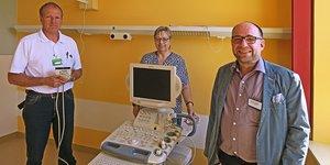 Medizintechniker Torsten Bär (l.) hatte alle Vorkehrungen getroffen, um Dr. Ursula Zippel (M.) und Dr. Christian Schäfer (r.) das Sonografiegerät zu übergeben (Foto: Christiane Helbig)